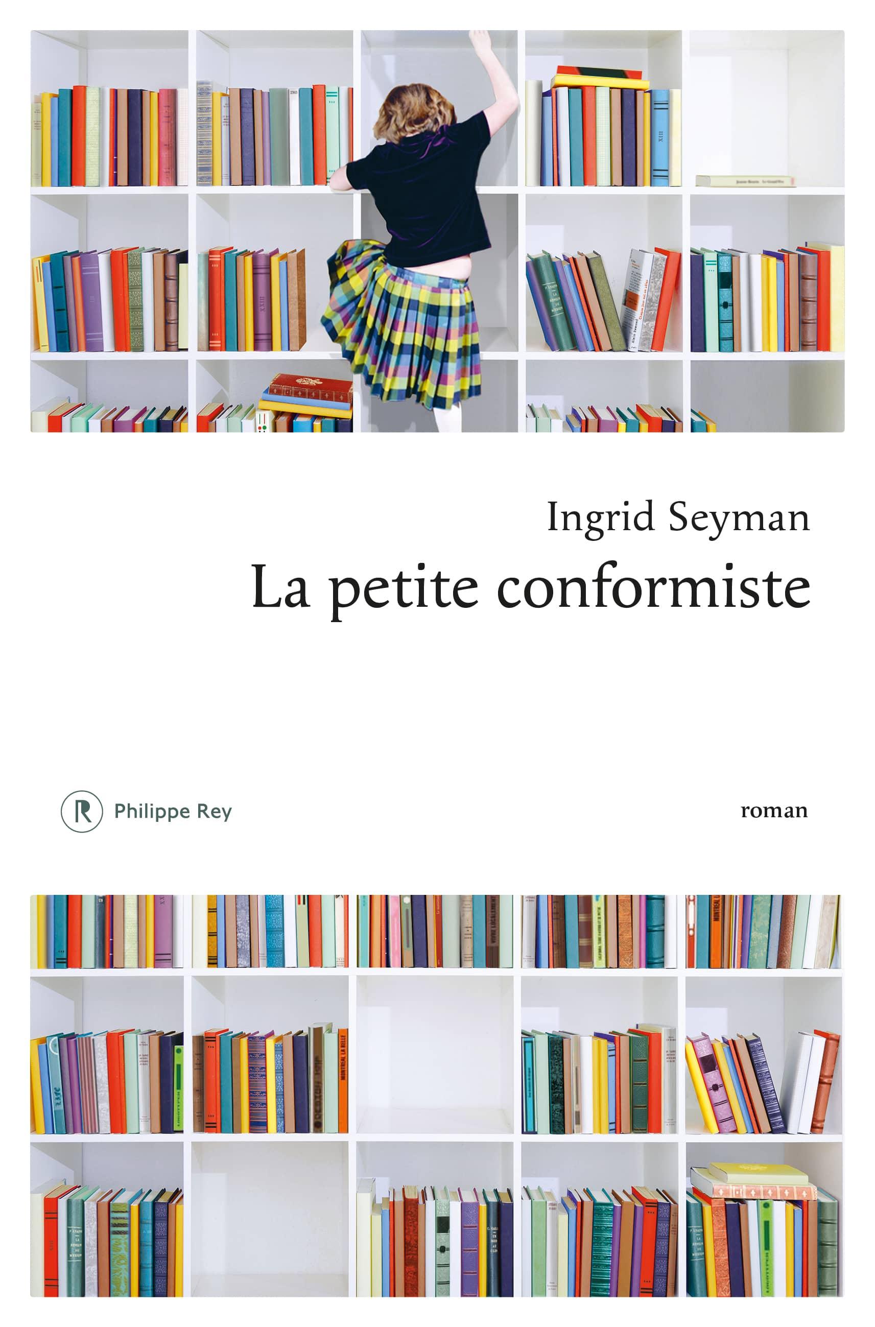 Couverture Une Jeune Fille Grimpe Sur Les étagères D'une Bibliothèque